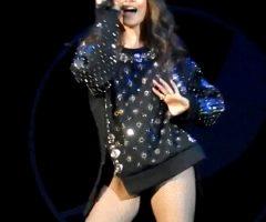 Hailee Steinfeld Moving Her Hips